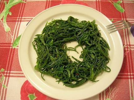 agretti nel piatto a forma di anello