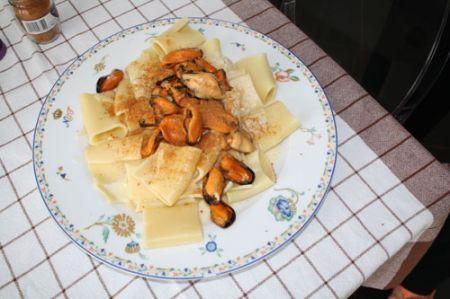 Paccheri con cozze, fonduta di grana e bottarga