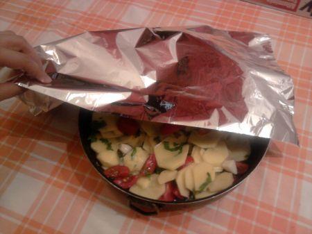 teglia di patate copertta di carta stagnola
