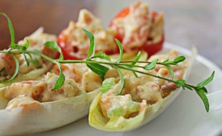 insalata di gamberi in barchette di indivia