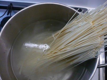 noodles al pesto di noccioline con gamberi 081