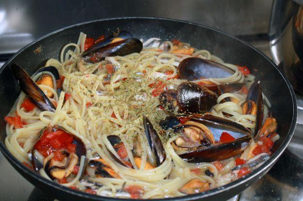pasta cozze acciughe ricetta mare 01