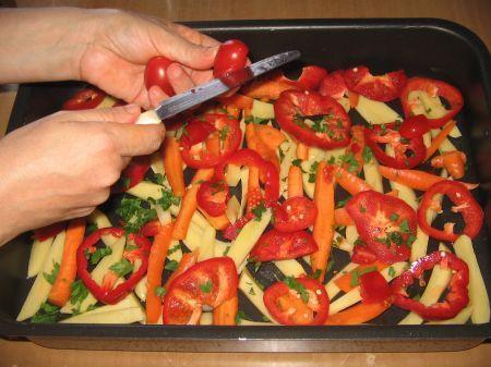 pomodori in teglia con peperoni  carote e patate