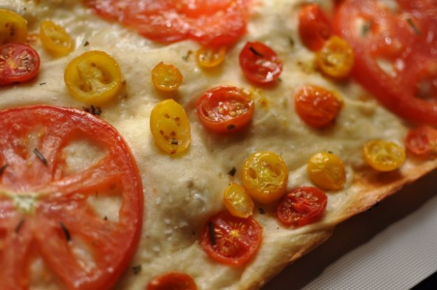 pizza con le ruote di pomodori