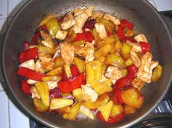 pollo con peperoni ananas e anacardi