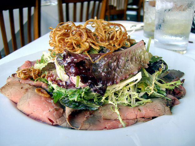 roast beef con insalata e rosti di cipolle