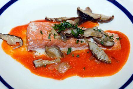 salmone alla canadese con funghi pomodori e cipolline
