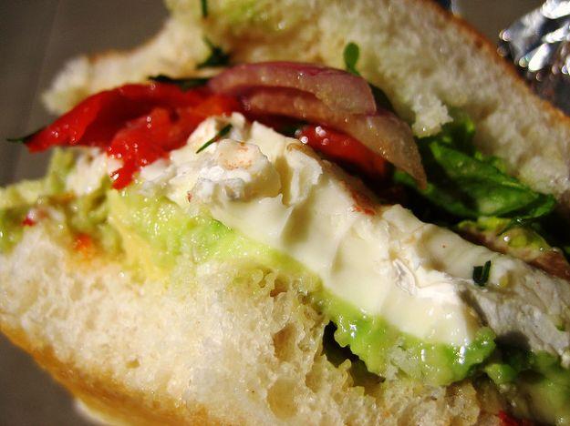 sandwich con avocado e brie