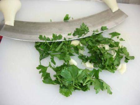 Tritate il prezzemolo e aglio