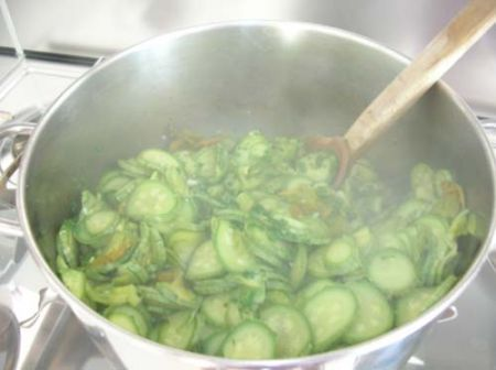 Aggiungete il prezzemolo e aglio alle zucchine