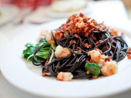 spaghetti neri agli scampi