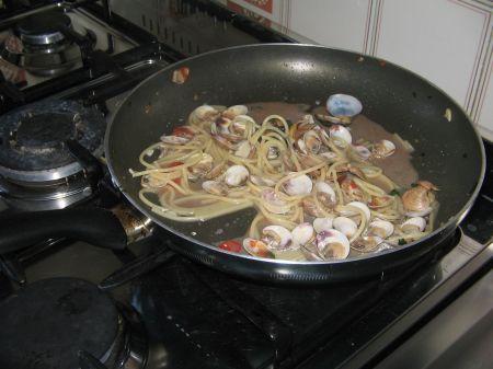 spaghetti mescolati alle vongole