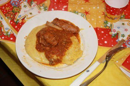 polenta con sugo di salsicce e maiale