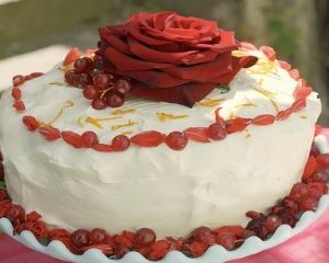 torta con petali di rose