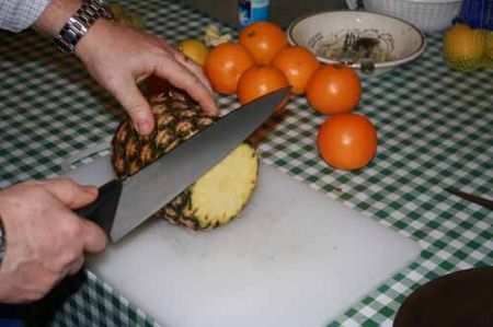 tagliate le estremità dell'ananas