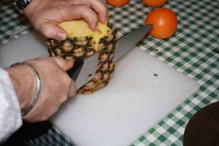 tagliate la scorza dell'ananas