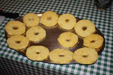 disponete le fette ananas su un vassoio