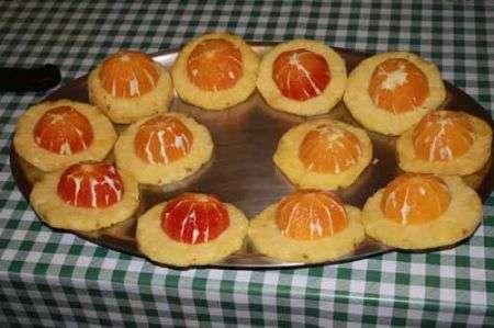 deponete metà arancia su ogni fetta di ananas