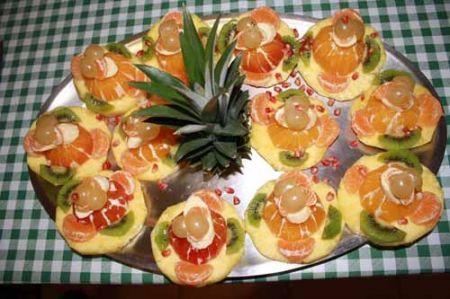 completate con il ciuffo dell'ananas e i chicchi di melagrana