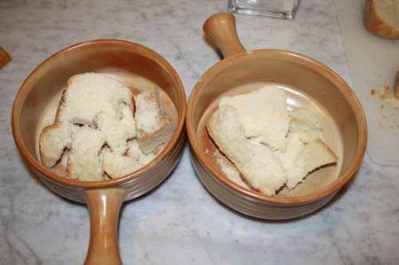 mettete il pane in 4 terrine
