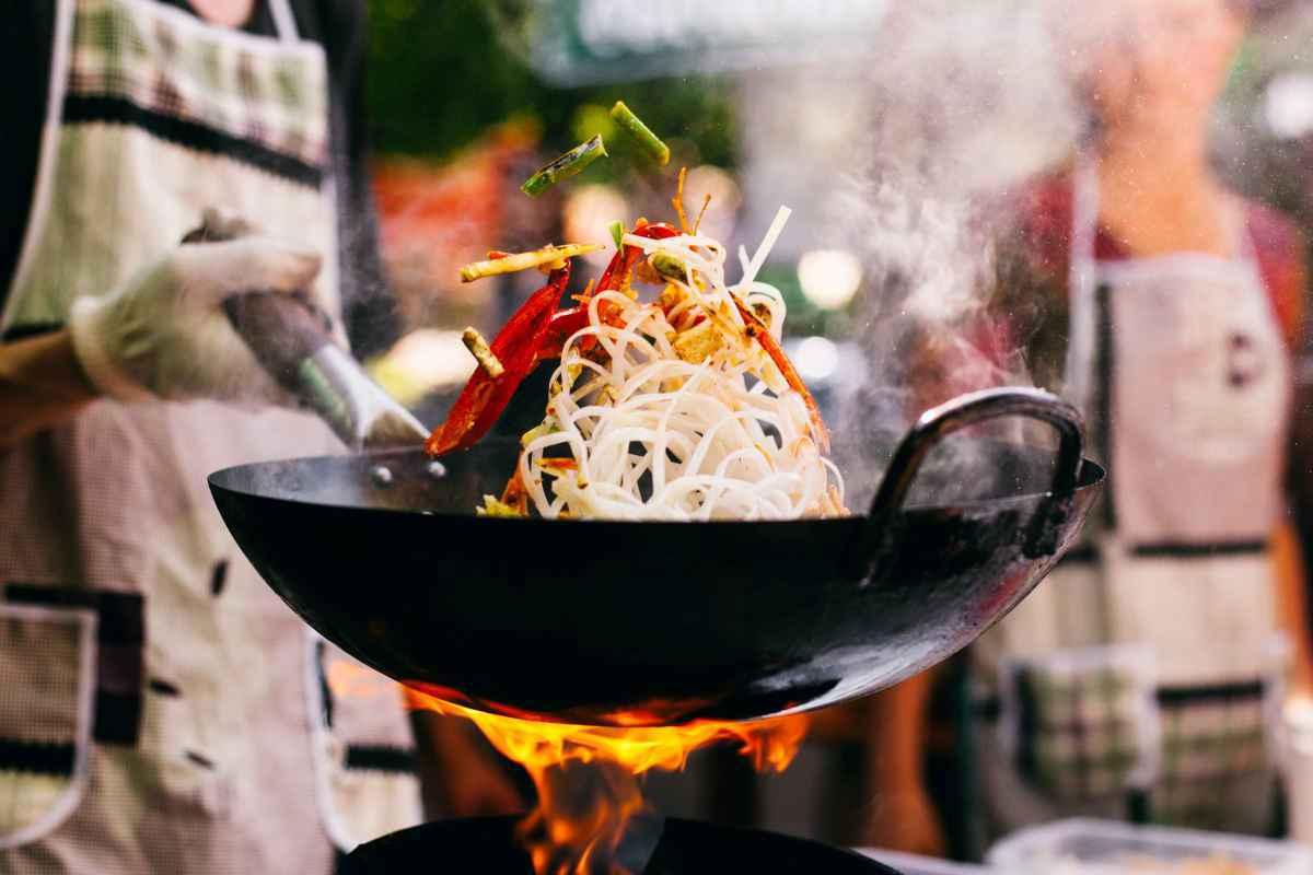 cucinare saltare in padella con wok