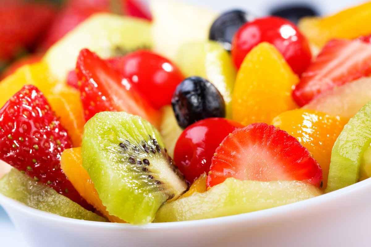 ciotola con macedonia di frutta con fragole