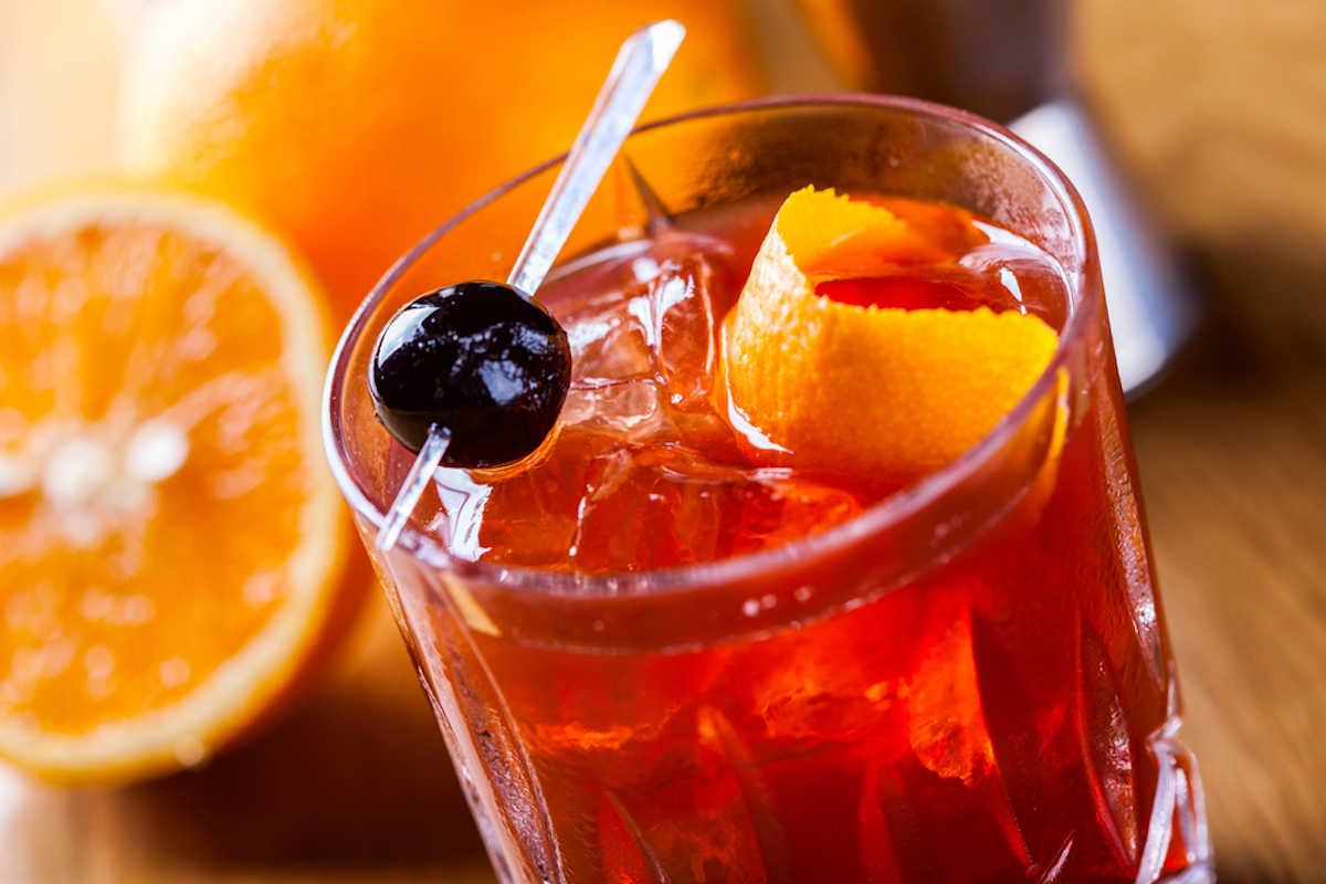 Bicchiere con negroni cocktail