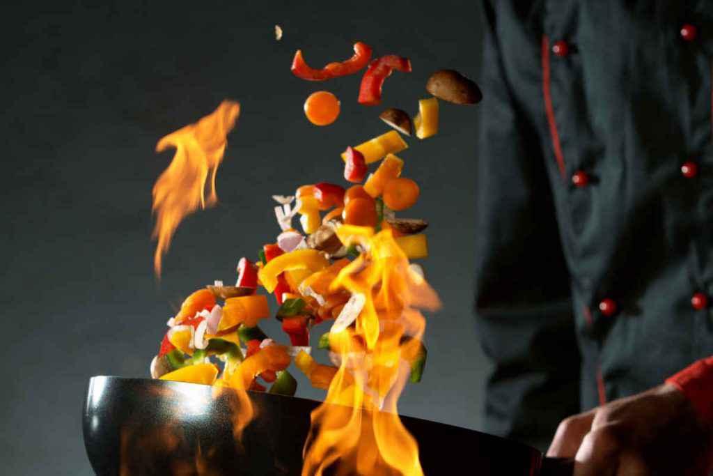 saltare i cibi con il wok