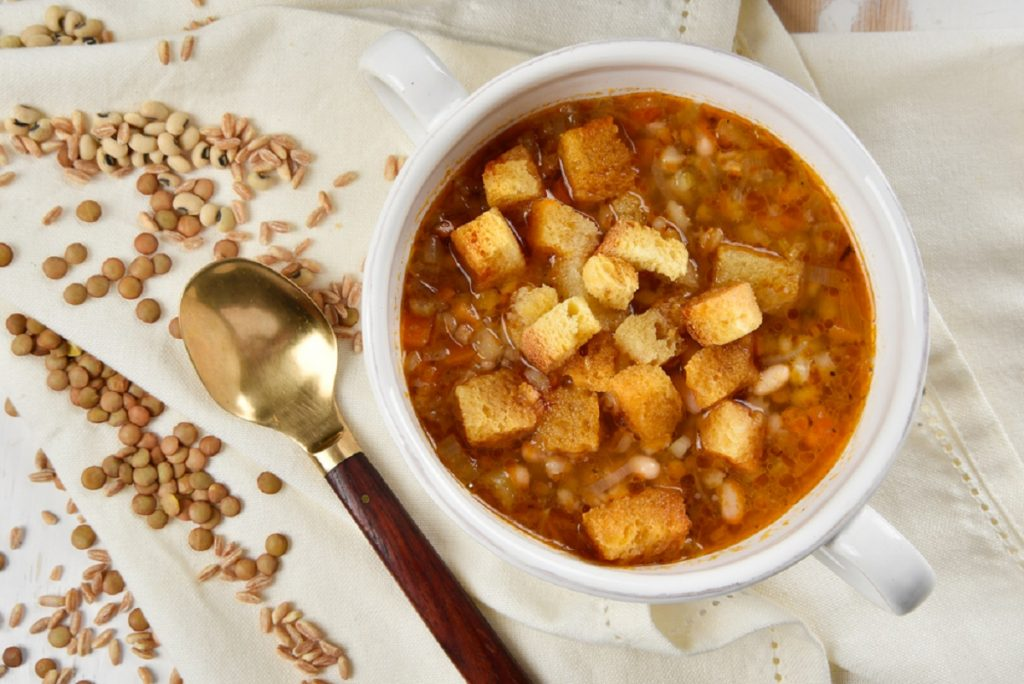 zuppa di farro e legumi fagioli e lenticchie