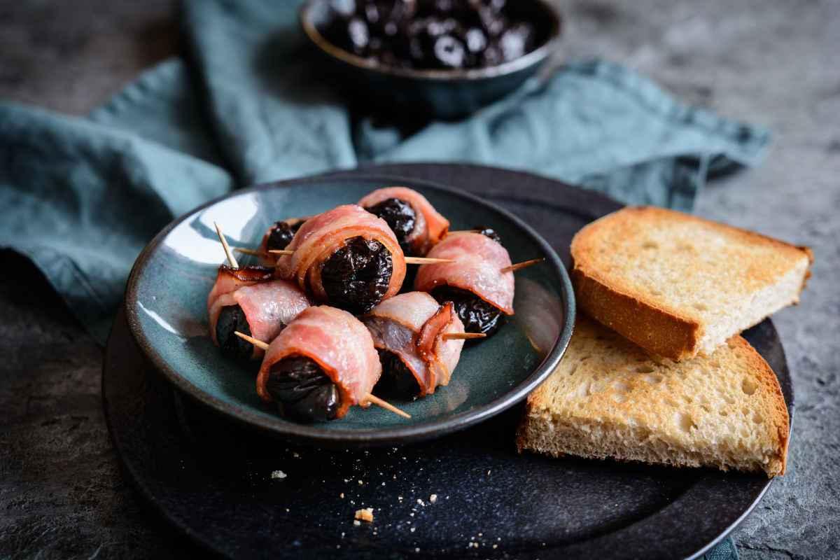 antipasto con bocconcini di bacon e prugne