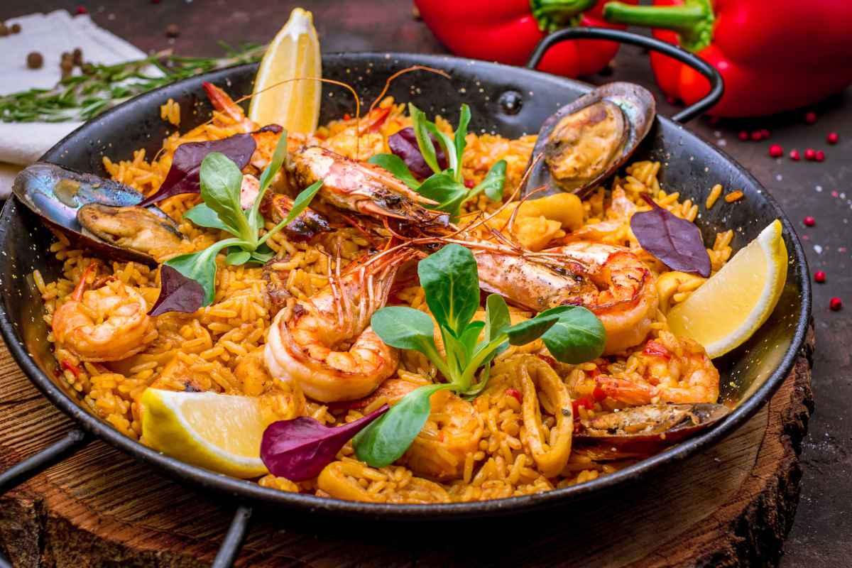 wok con paella de marisco ai frutti di mare