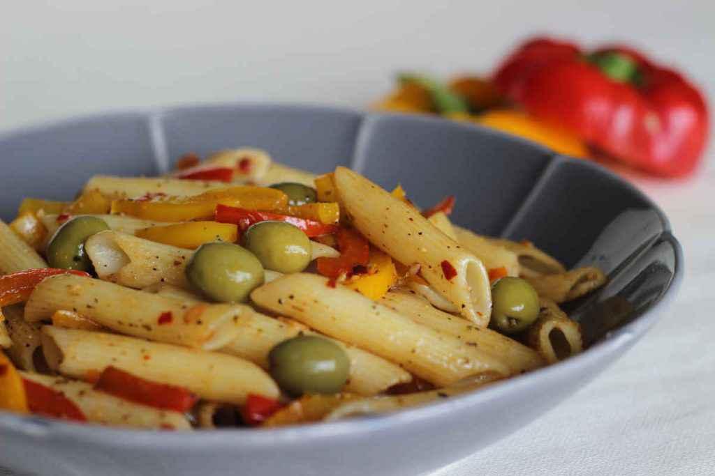 insalata di pasta vegana