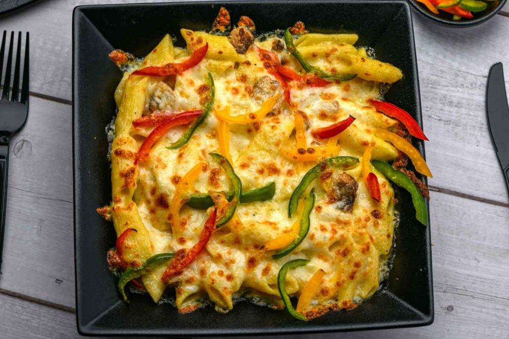 porzione di pasta con peperoni al forno