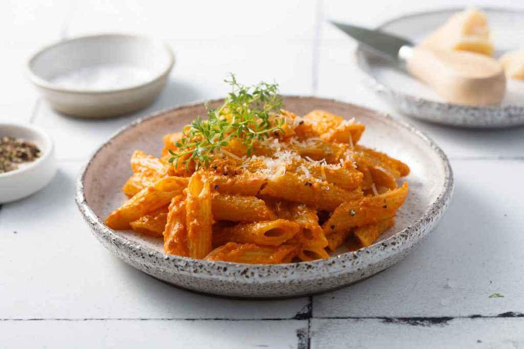 piatto di pasta con peperoni e ricotta