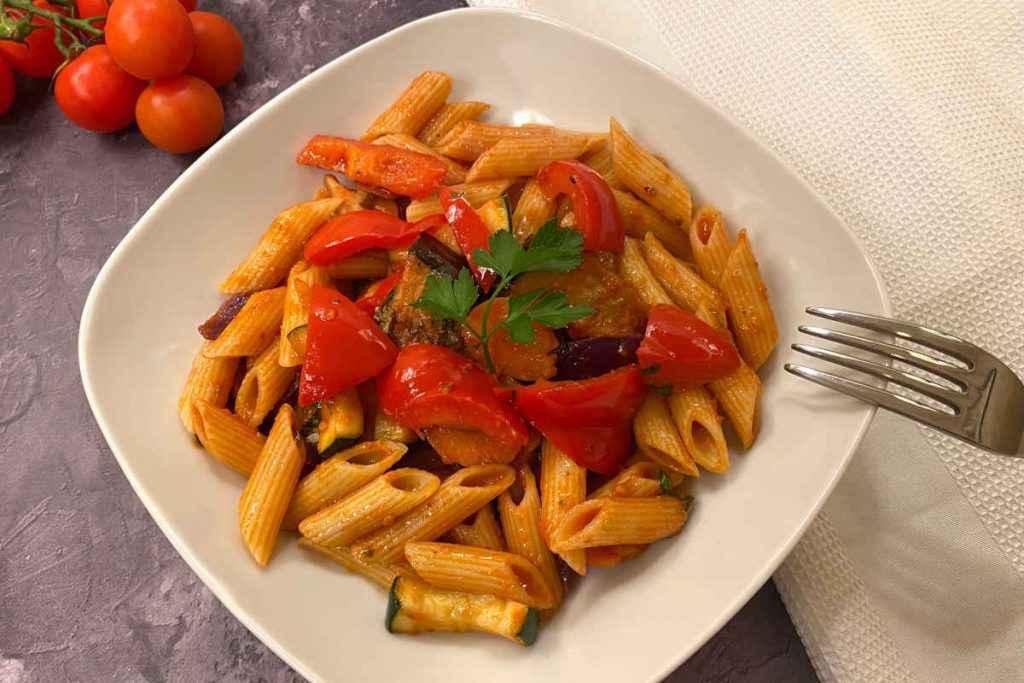 piatto di pasta con peperoni melanzane e zucchine