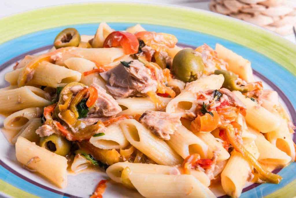 pasta con peperoni tonno olive e capperi