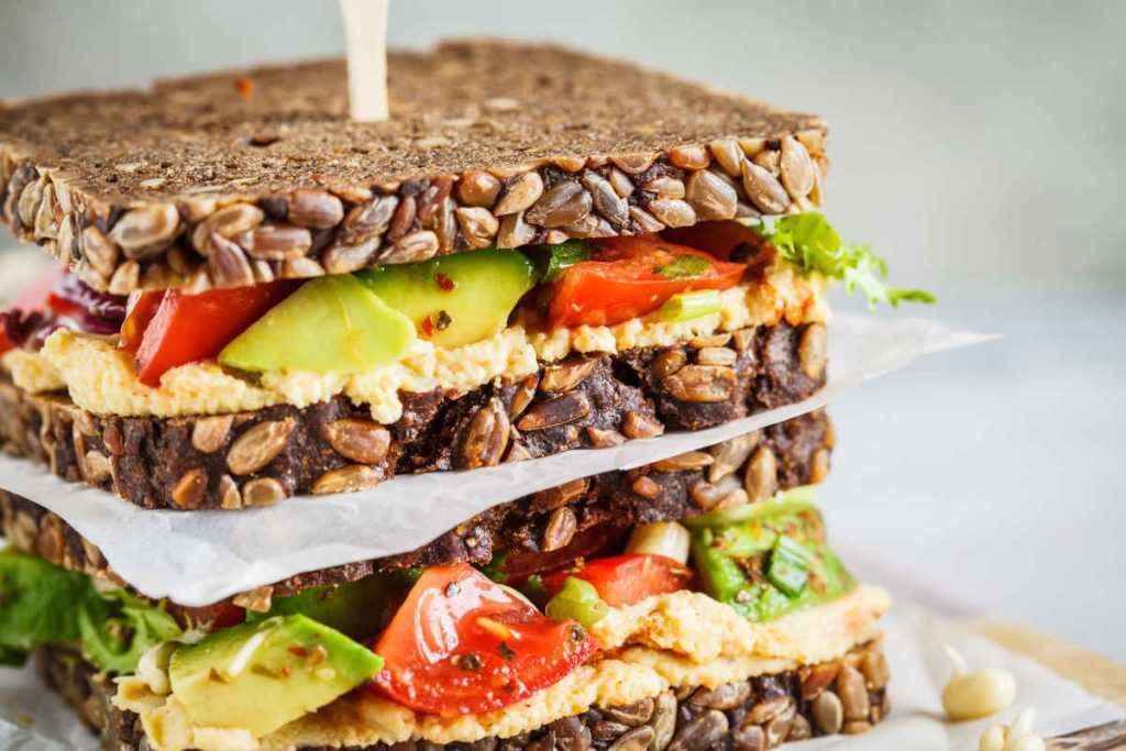 sandwich avocado, esempio di cosa portare in spiaggia da mangiare