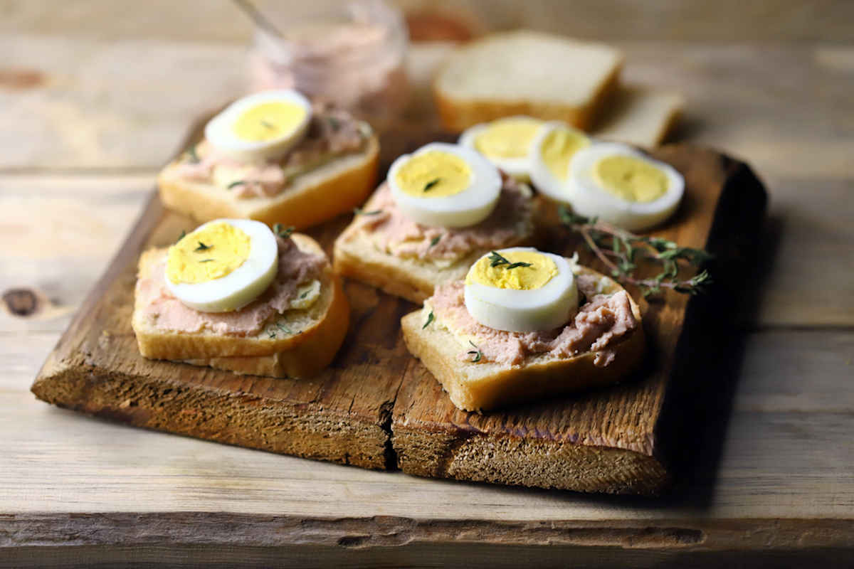 Tartine di pancarrè e uova sode