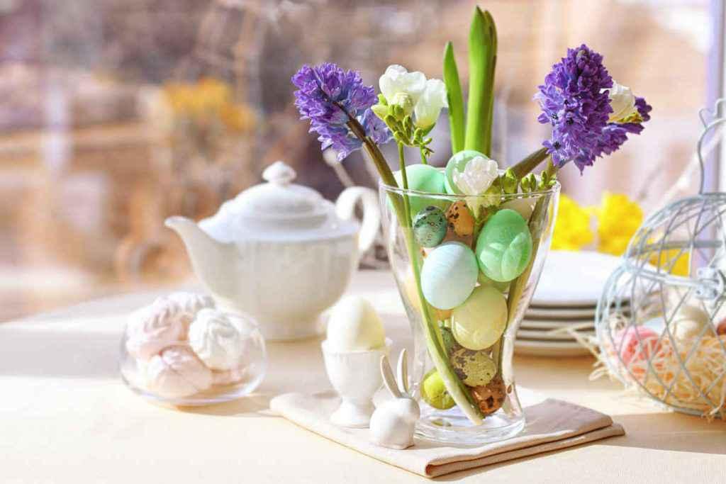 tavola di pasqua elegante con uova e fiori