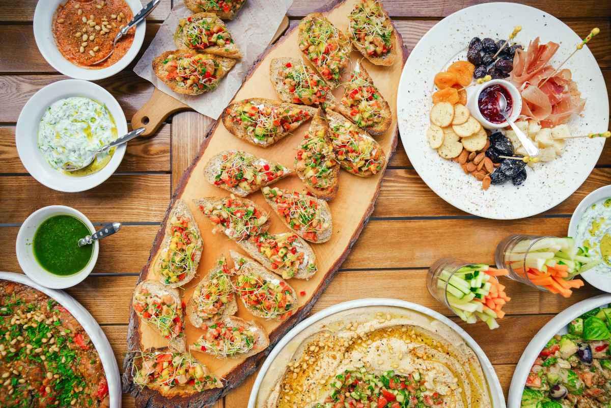 piatti sul tavolo con ricette facili per il pic nic in terrazza menu del 25 aprile