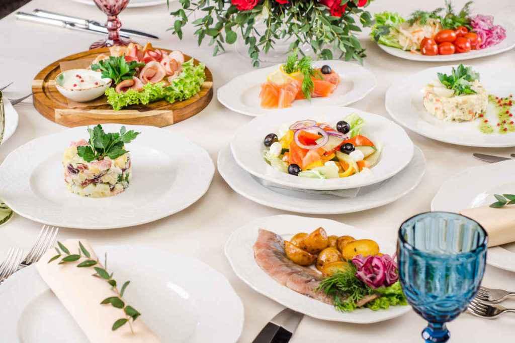 menu prima comunione, tavola imbandita con antipasti, primi, secondi e dolcii