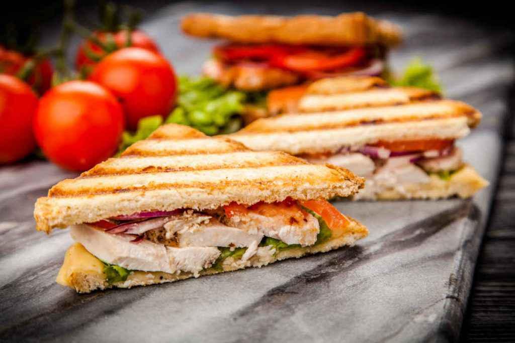 sandwich con insalata di pollo e avocado, perfetto come snack da spiaggia