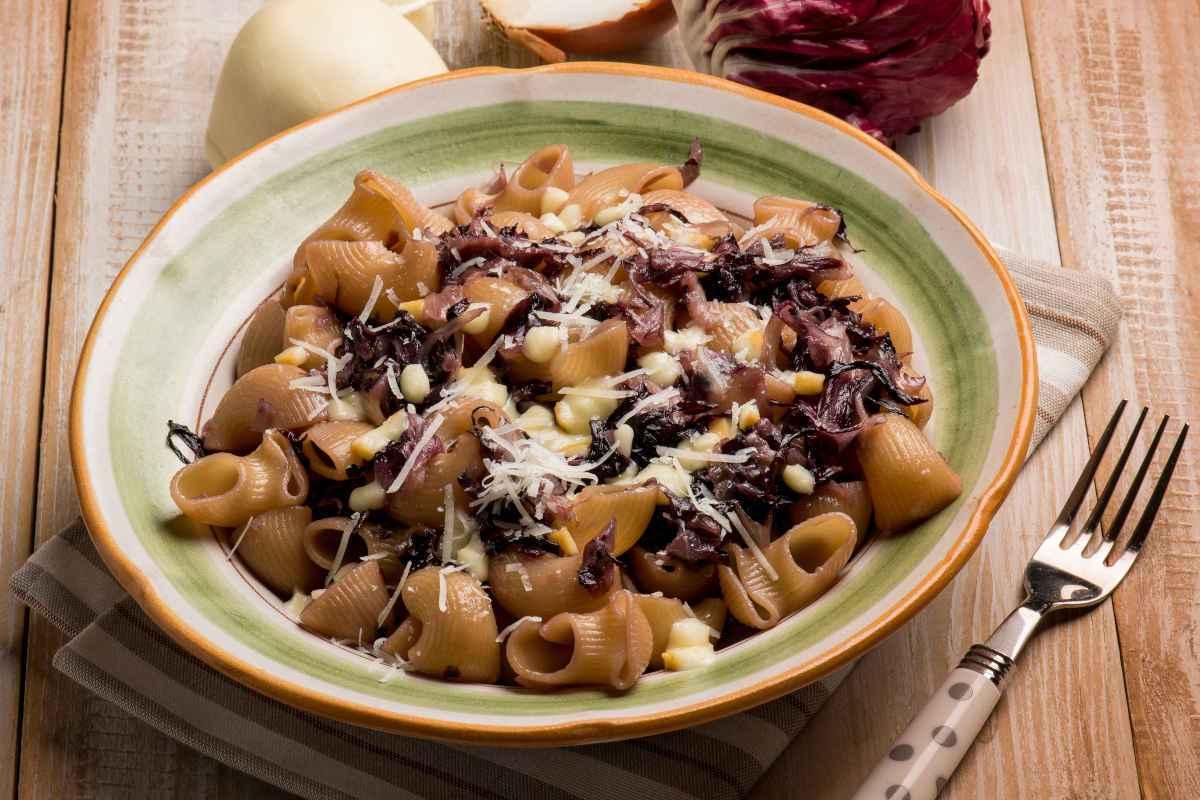 Piatto di pasta con radicchio rosso