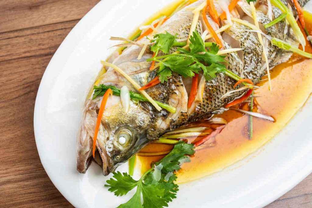 pesce al vapore con salsa di soia tipico della cucina cinese
