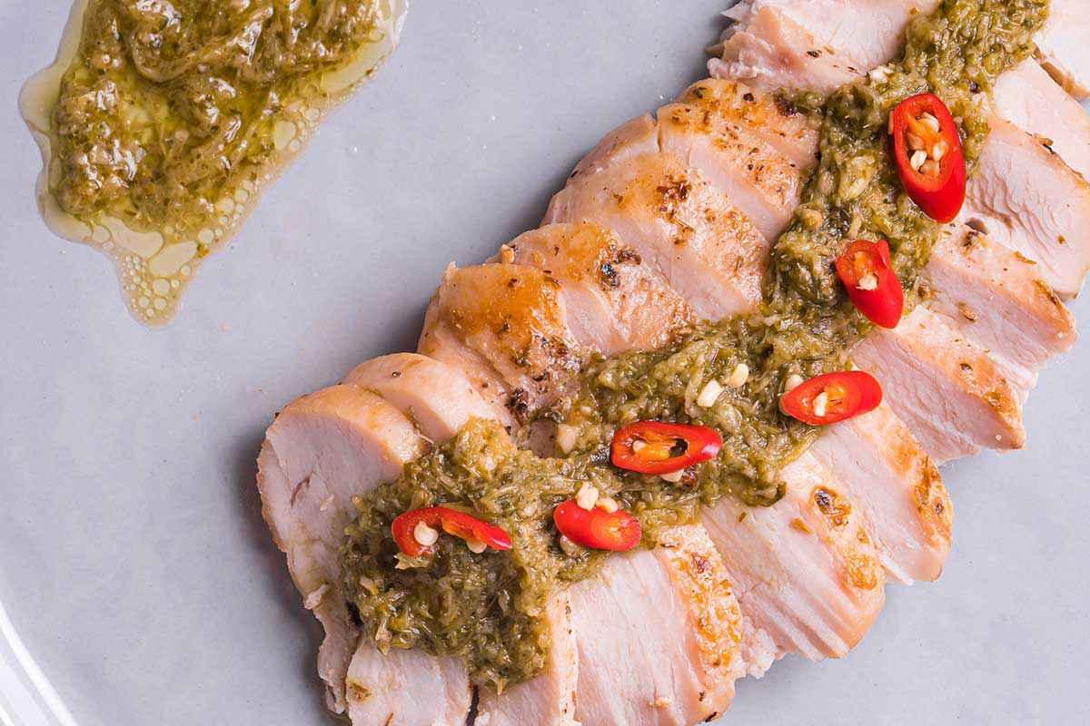 Pollo in crosta di sale con salsa e pomodorini