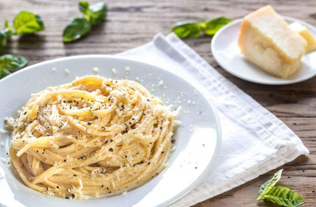 Piatto di spaghetti cacio e pepe