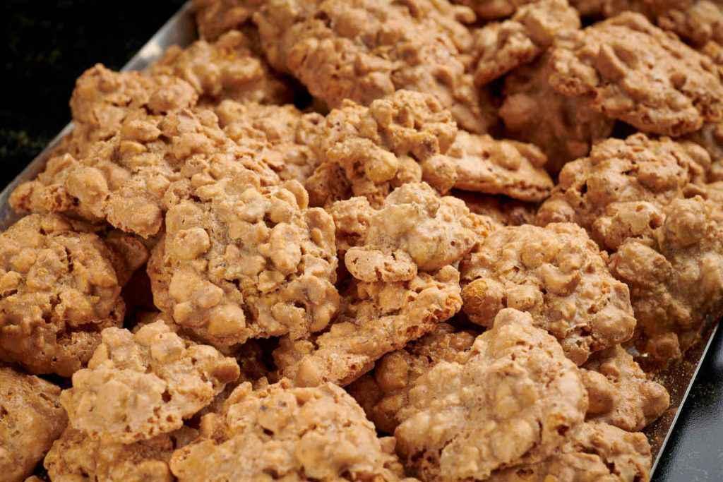 brutti ma buoni biscotti con nocciole o mandorle