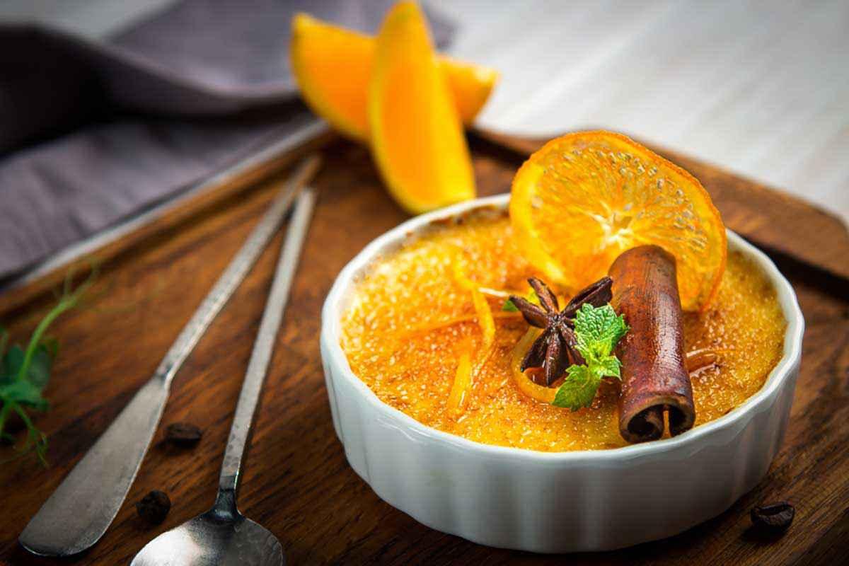Crema catalana decorata con arancia e cannella
