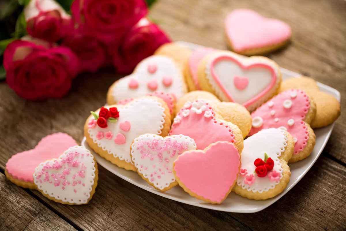 Biscotti a forma di cuore con decorazioni in glassa reale