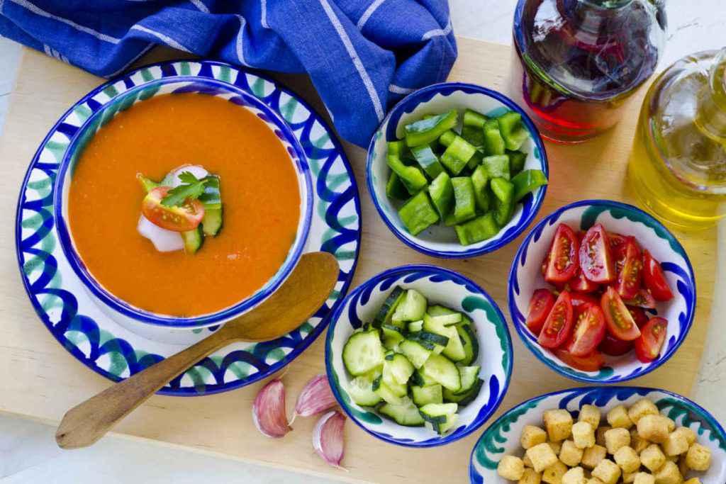 gazpacho andaluso ingredienti in piatti colorati